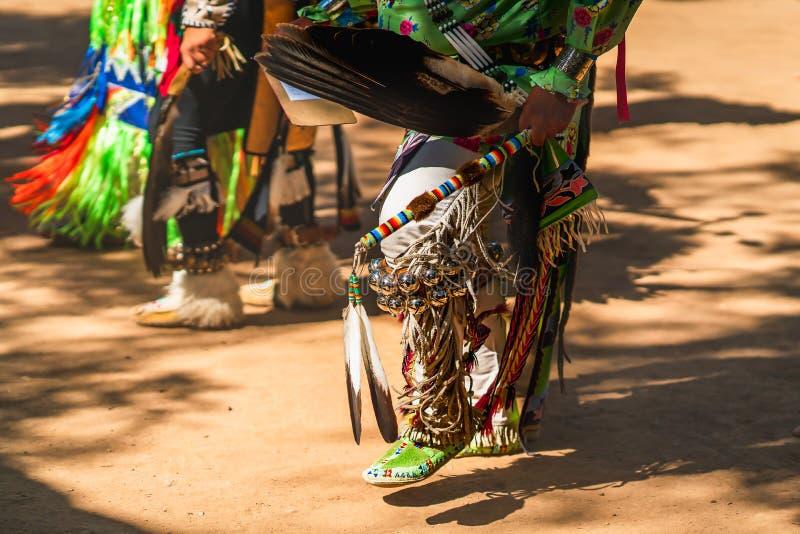Powwow Nativos americanos vestidos de completa regalia Detalhes do encerramento da regalia imagens de stock