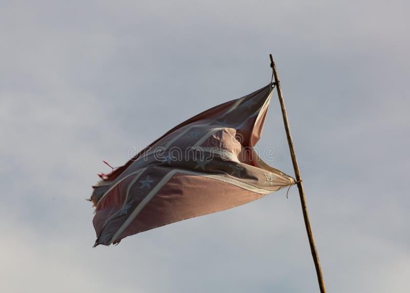 Powyginana buntownik flaga lata na drewnianym s?upie pod chmurnymi niebami przy halnego m??czyzny rendez-vous obraz royalty free