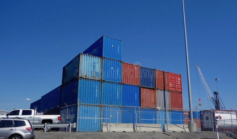 Powyginani ładunków kontenery brogujący przy schronieniem zdjęcia royalty free