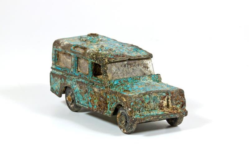 Powyginany błękit zabawki samochód w piasek jamie Przeciw niebieskiemu niebu obraz royalty free
