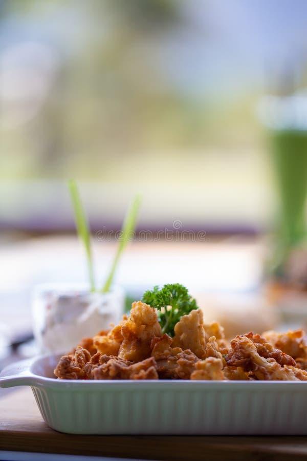Powyginany Głęboki pieczony kurczak słuzyć z białym winnika kumberlandem fotografia stock