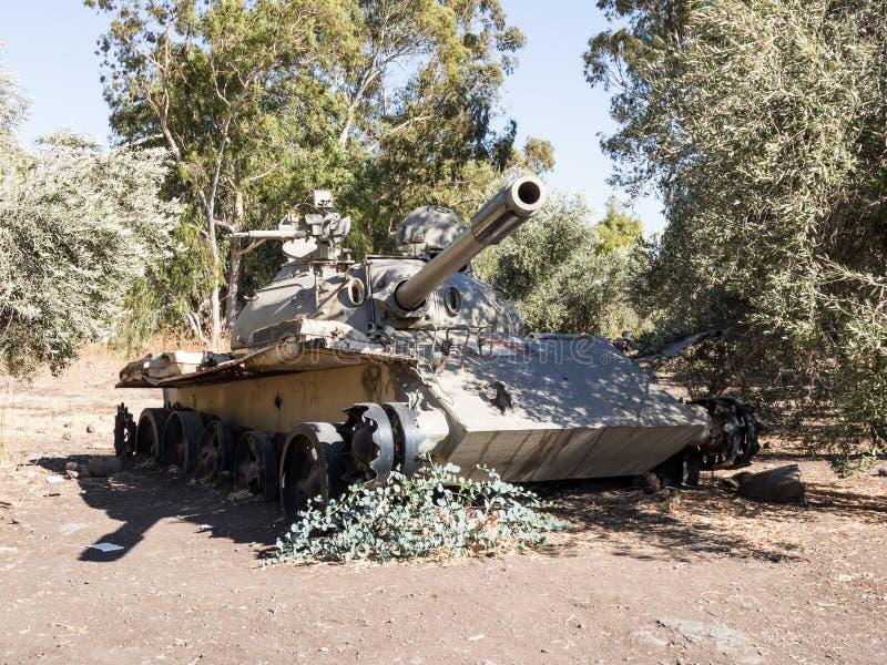 Powyginany Syryjski zbiornik Radziecka manufaktura jest po dnia zagłady Yom Kippur wojny na wzgórze golan w Izrael, blisko borde fotografia royalty free