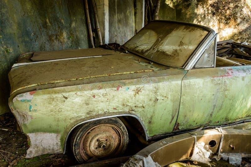 Powyginany, zaniechany, stary samochód, fotografia royalty free