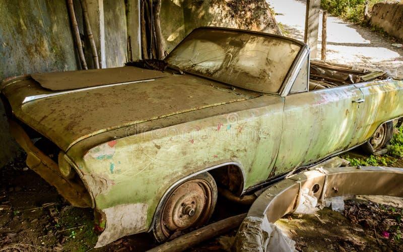 Powyginany, zaniechany, stary samochód, obrazy royalty free