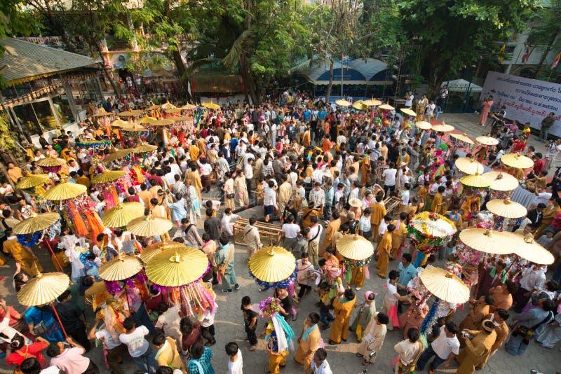 Poy Śpiewał Długiego festiwal, ceremonia chłopiec zostać nowicjusza michaelitą W paradzie, wokoło świątyni w Chiang mai, Tajlandi obraz royalty free