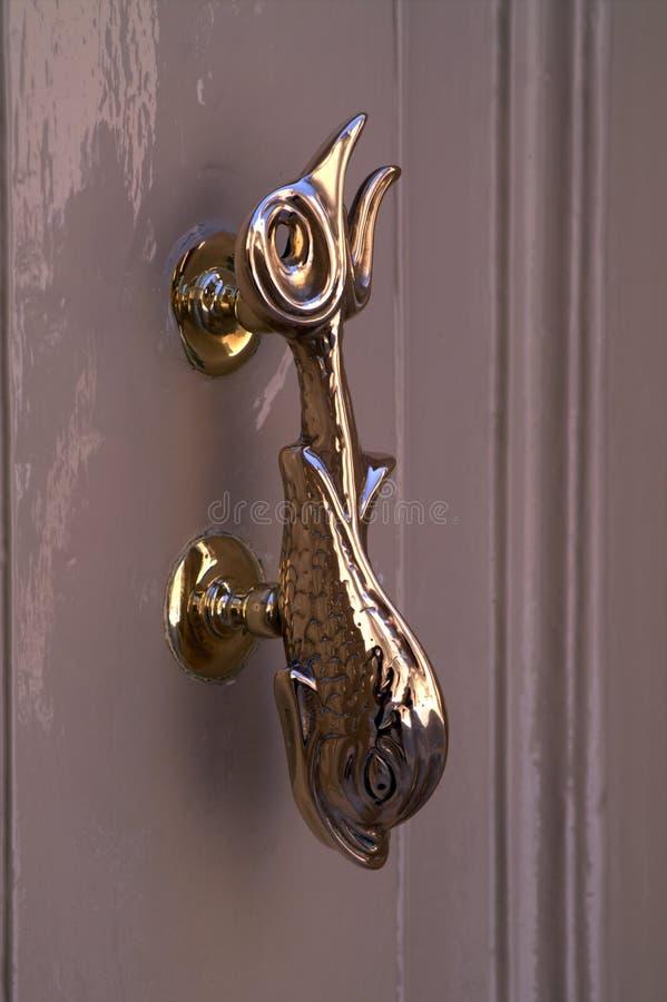 Pozłacająca drzwiowa rękojeść w postaci czarodziejskiej ryba obraz royalty free
