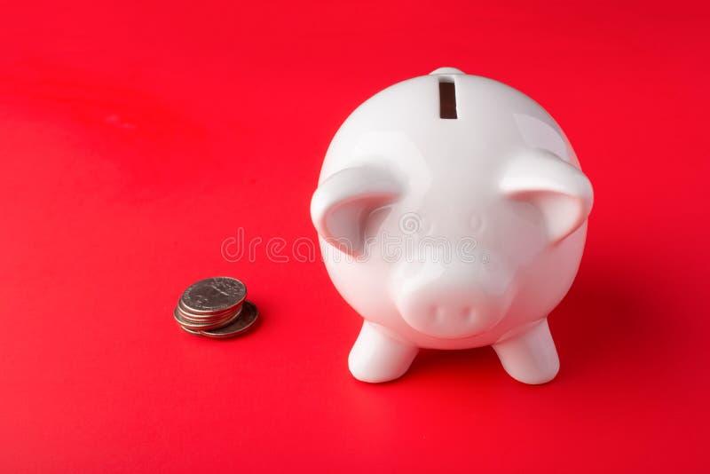 Pozłacany pieniądze pudełko na czerwonym tle z monet ćwiartkami banknot?w czarny kalkulatora poj?cia pieni?dze oszcz?dzanie oszcz zdjęcie stock