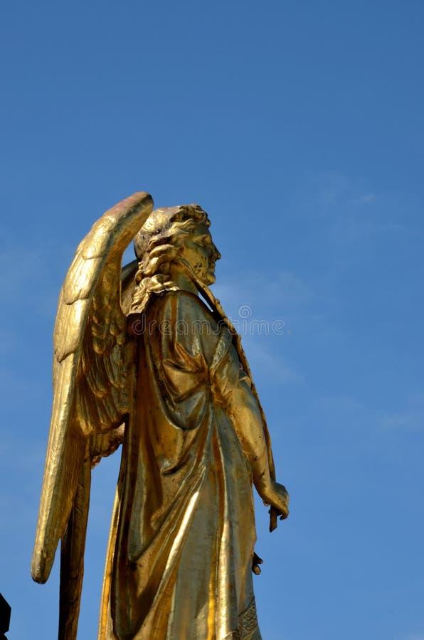 Pozłocisty anioł przy bazą maryja dziewica kolumna na zewnątrz Zagreb katedry Chorwacja obrazy royalty free