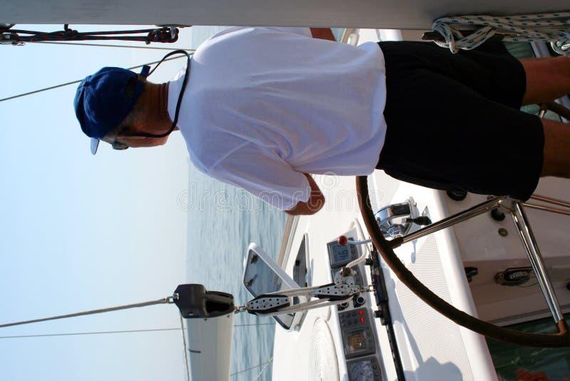 poza jacht kapitana kierowniczy zdjęcie royalty free