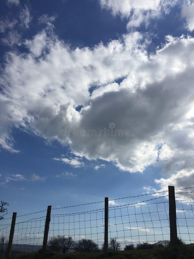 Poza ogrodzenie niebo jest ograniczeniem obraz royalty free