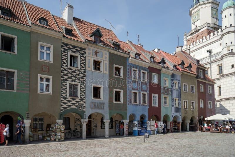 POZAN POLAND/EUROPE - SEPTEMBER 16: Rad av det mångfärgade huset royaltyfri foto
