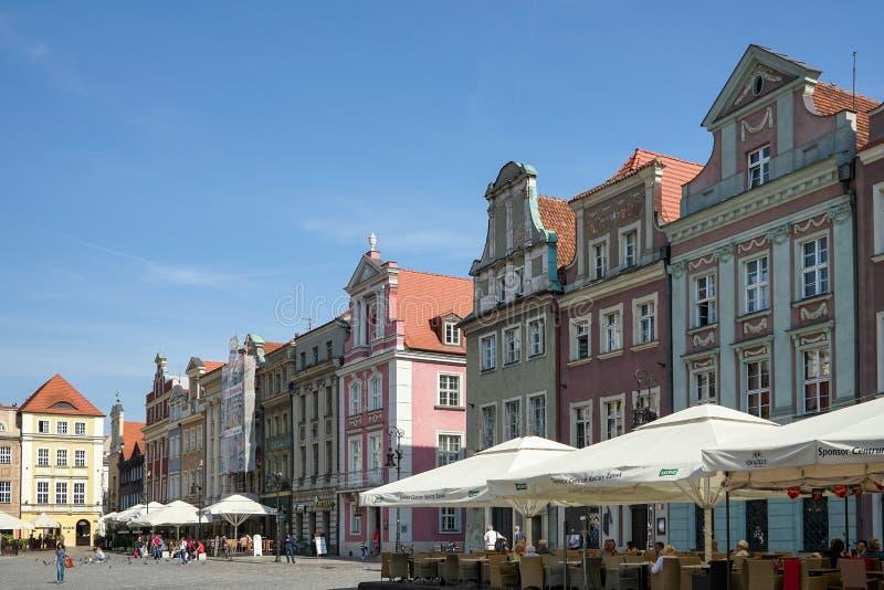 POZAN POLAND/EUROPE - SEPTEMBER 16: Rad av det mångfärgade huset arkivfoton