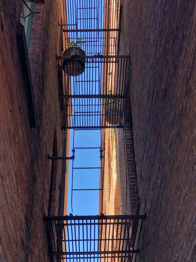 pozatym ucieczka dom ognia wiod?c? metalu nowoczesnych schody zdjęcia stock