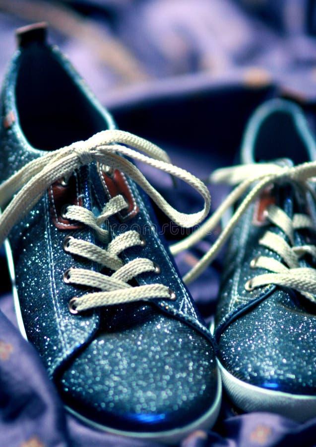 Pozaziemscy błyskotliwi sneakers fotografia stock