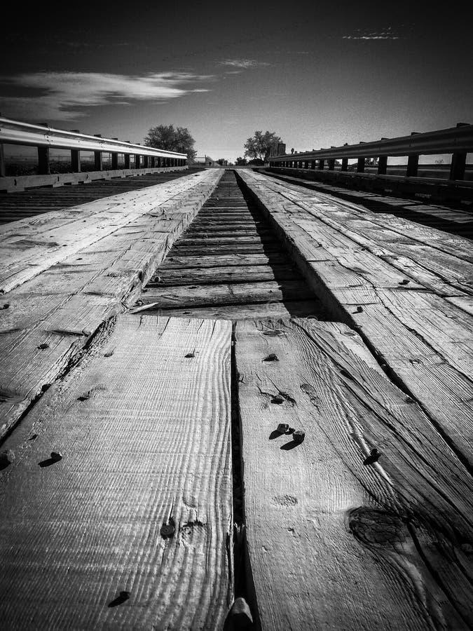 Pozioma terenu widok stary drewniany linia kolejowa most w czarny i biały zdjęcie royalty free
