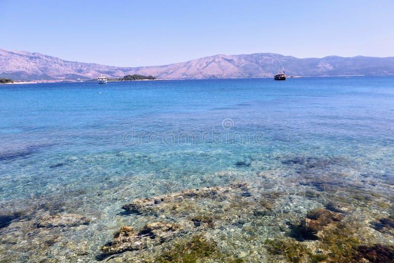 Pozioma wodego widok piękne jasne wody Lumbarda plaża na Korcula wyspie, Chorwacja zdjęcia royalty free