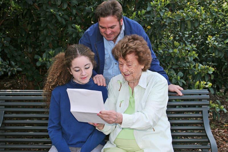 poziomy rodziny czytanie razem obrazy stock