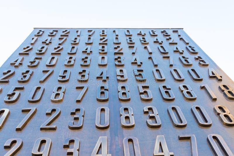 Poznán, POLONIA - 6 de septiembre de 2016: Monumento de los cryptologists polacos (Enigma Codebrakers) fotografía de archivo libre de regalías