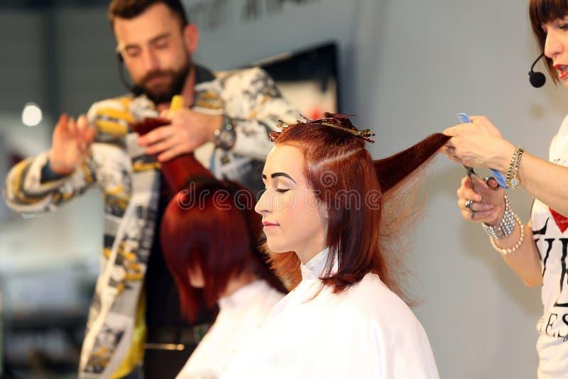 POZNAŃSKI - KWIECIEŃ 27: Patrzeje piękno mody forum Poznański 2014 Hairdr fotografia stock