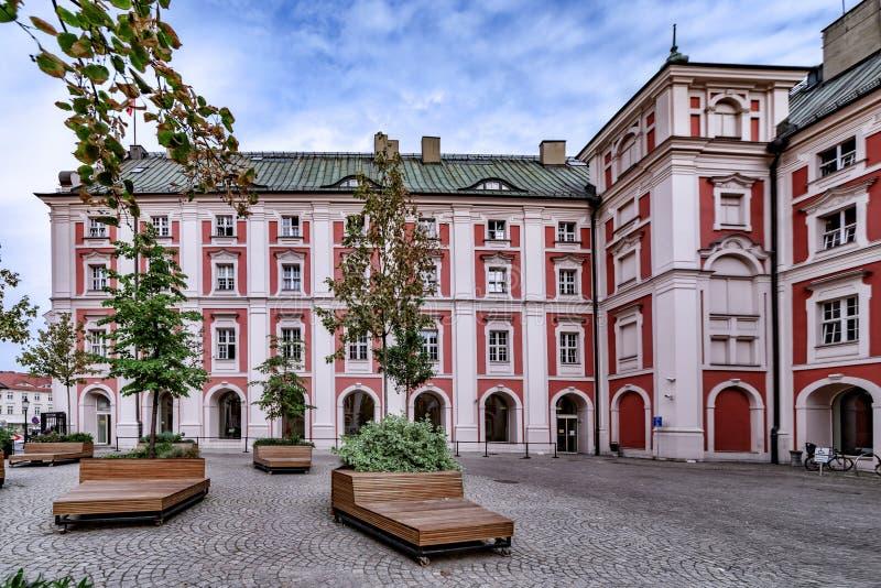 Poznan Польша, архитектура Взгляд двора со стендами и деревьями, окруженный красным/белым зданием от 1920s и r стоковое фото