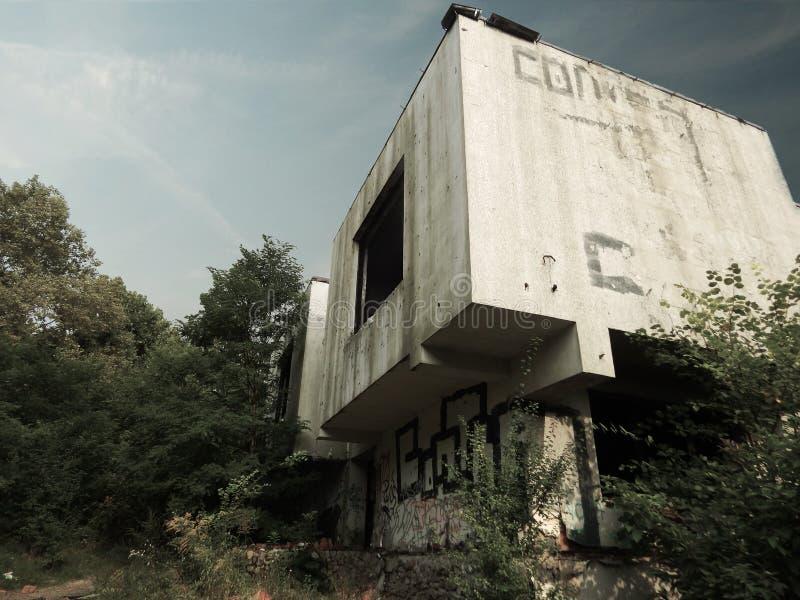 Poznan, Polônia - 09 12 2014: Construção abandonada perto do lago maltês imagem de stock royalty free