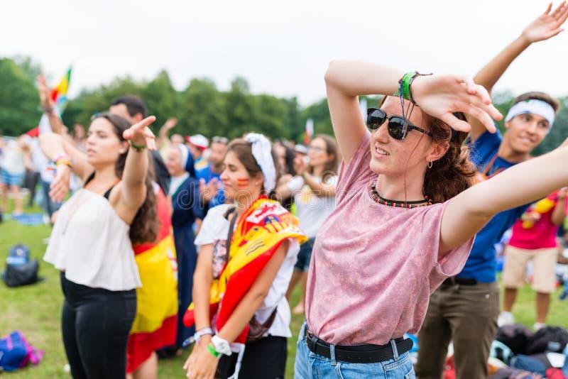 Poznan, POLÔNIA - 24 de julho de 2016: rezar, dança e cantar dos peregrinos durante dias nas dioceses imediatamente antes do dia  foto de stock royalty free