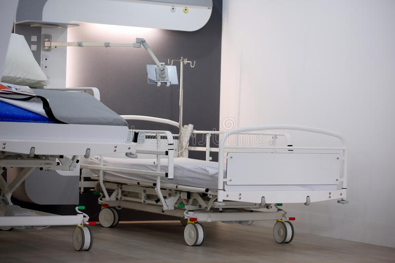 POZNAN POLEN - APRIL 12 2016: Töm säng i sjukhusrum Poz arkivfoton