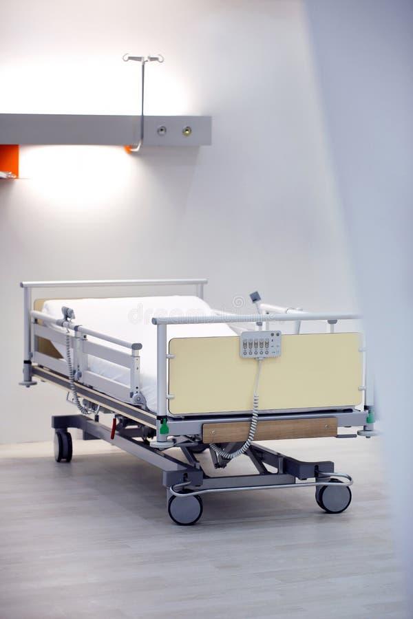 POZNAN POLEN - APRIL 12 2016: Töm säng i sjukhusrum Poz arkivbilder