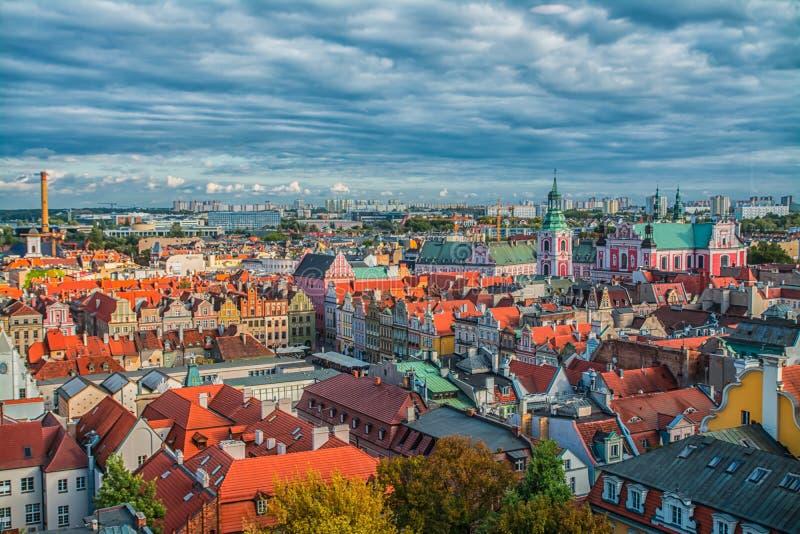 Poznan, Polen 2018-09-22, de Mooie kleurrijke oude stad van Poznan, kleurrijke huizen, de monumentale, historische bouw en fontei royalty-vrije stock afbeeldingen