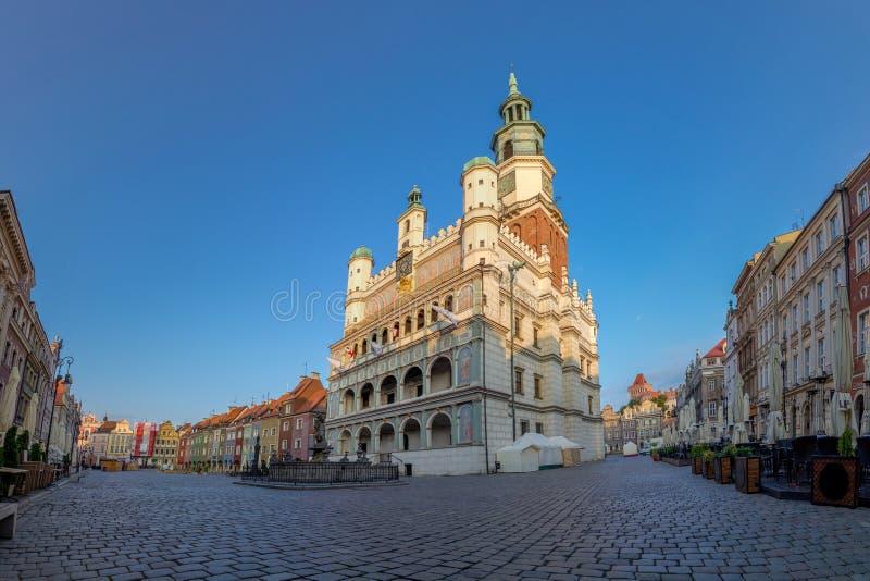 Poznan, Polen - 06 20 2018: Het Stadhuis van Poznan in het Oude Marktvierkant stock foto's