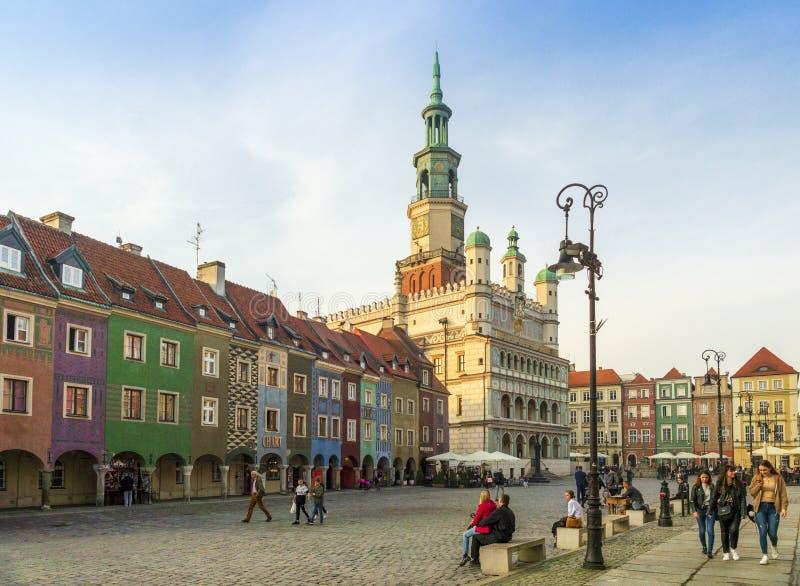 Poznan/Polonia - 23 de noviembre de 2019: la gente camina por la plaza del casco antiguo en Poznan, llamada el Mercado Viejo imagen de archivo
