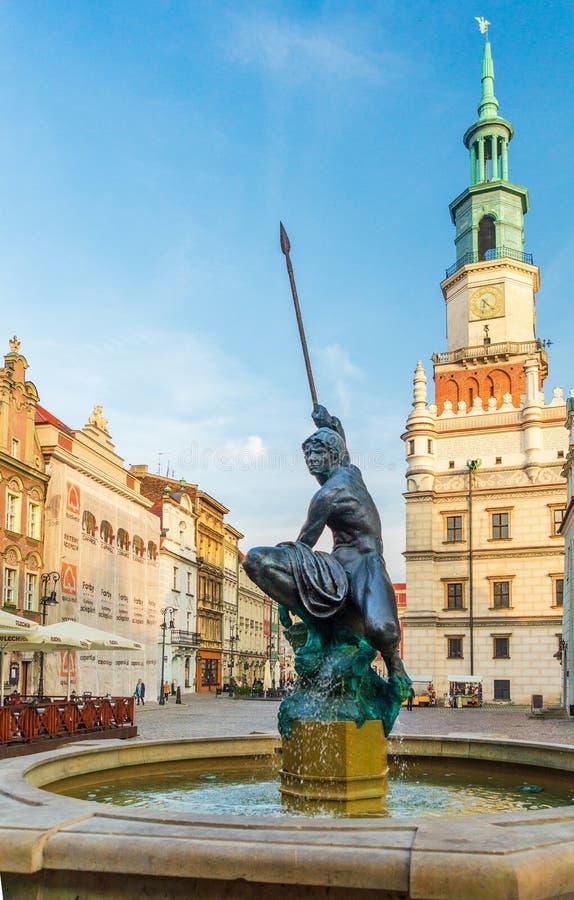 Poznan/Polonia - 28 de octubre de 2019: Fuente con estatua de Apolo en la plaza del casco antiguo de Poznan foto de archivo libre de regalías