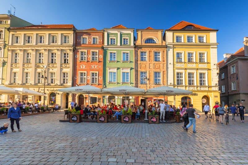 Poznan, Polonia - 8 de setiembre de 2018: Arquitectura de la plaza principal en Poznan, Polonia. Piso plano con accesorios de muje foto de archivo libre de regalías