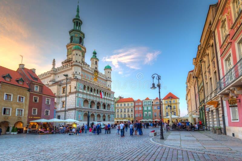Poznan, Polonia - 8 settembre 2018: Architettura della piazza principale di Poznan al crepuscolo, Polonia Poznan è una città sul  immagini stock libere da diritti