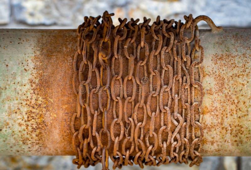 Pozo de madera antiguo con una cadena Vista macra del torno oxidado viejo fotos de archivo