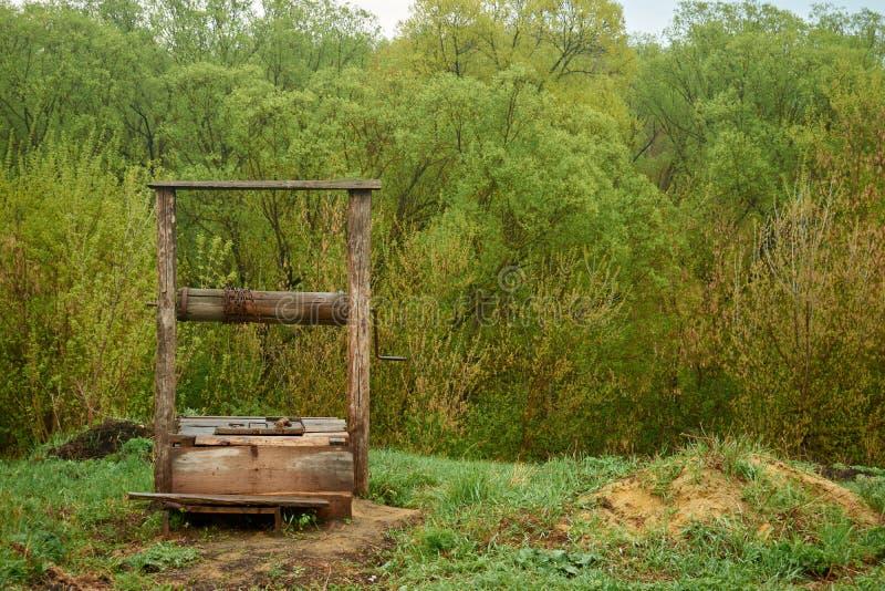 Pozo de madera viejo hermoso en el pueblo en el fondo fotos de archivo libres de regalías