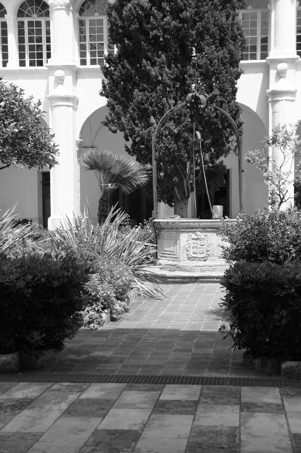 Pozo del jardín foto de archivo