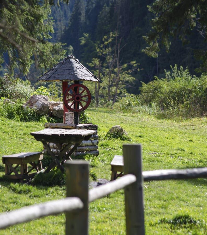 Pozo viejo - montañas imagen de archivo libre de regalías