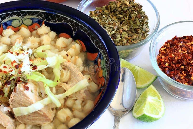 Pozole墨西哥猪肉和碎玉米粥玉米汤 免版税库存图片