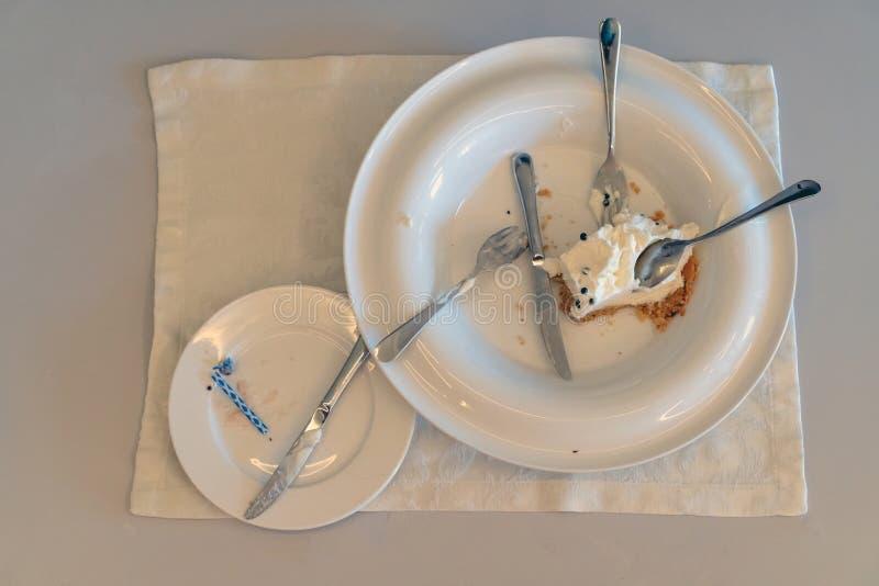 Pozostawiony tort na brudnym talerzu Wakacje jest zdjęcie stock
