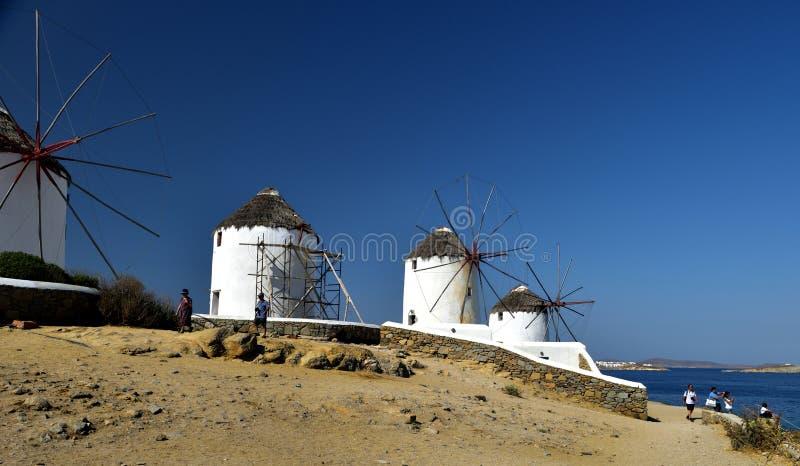 Pozować białymi wiatraczkami Mykonos obraz royalty free