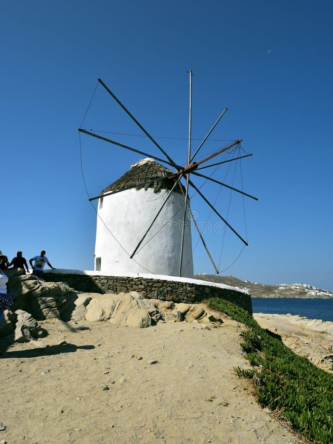 Pozować białymi wiatraczkami Mykonos obraz stock