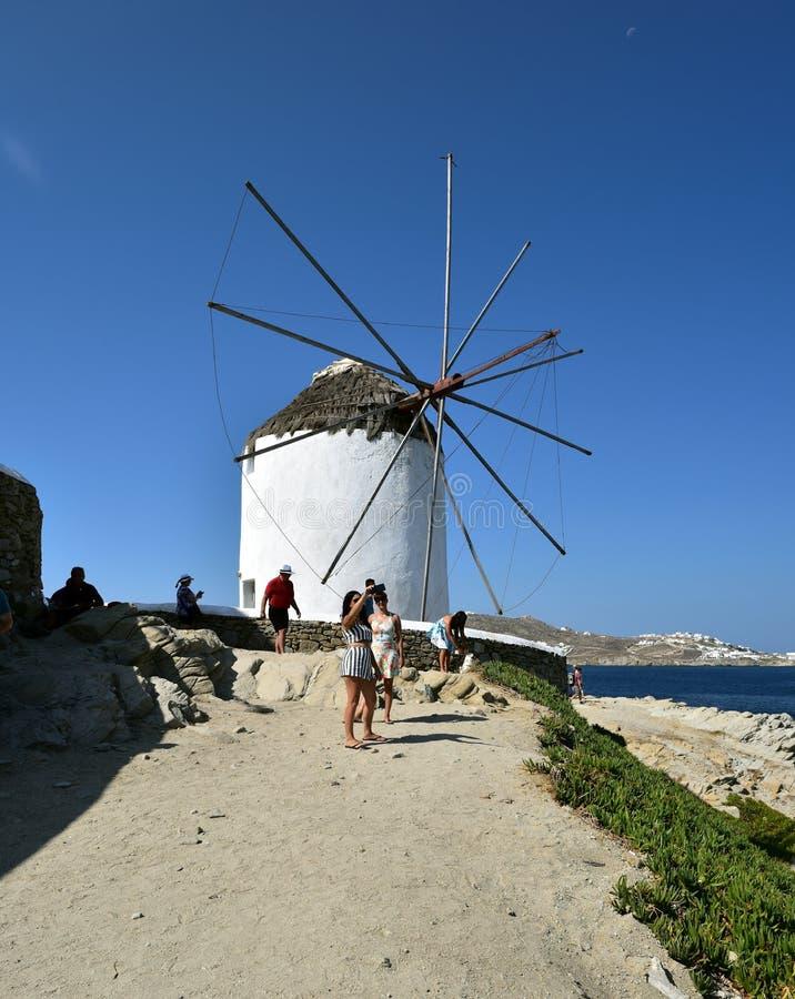 Pozować białymi wiatraczkami Mykonos fotografia stock