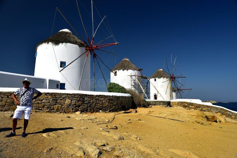 Pozować białymi wiatraczkami Mykonos zdjęcia stock