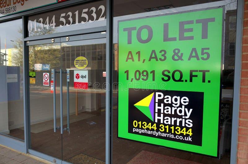 Pozwalać pośrednik w handlu nieruchomościami Podpisywać wewnątrz Pustego sklep detalicznego w Anglia fotografia stock