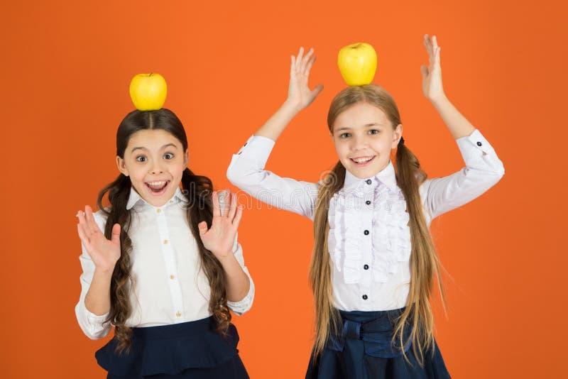 Pozwala jedzenie być medycyną Małe dziewczynki bierze szkolną przekąskę Małe dziewczyny je naturalnego witaminy jedzenie Śliczne  zdjęcia stock
