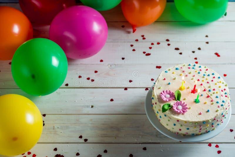 Pozwala my zaczynać przyjęcia urodzinowego z tortem zdjęcie royalty free