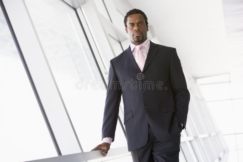 pozycja biznesmena korytarza obrazy stock