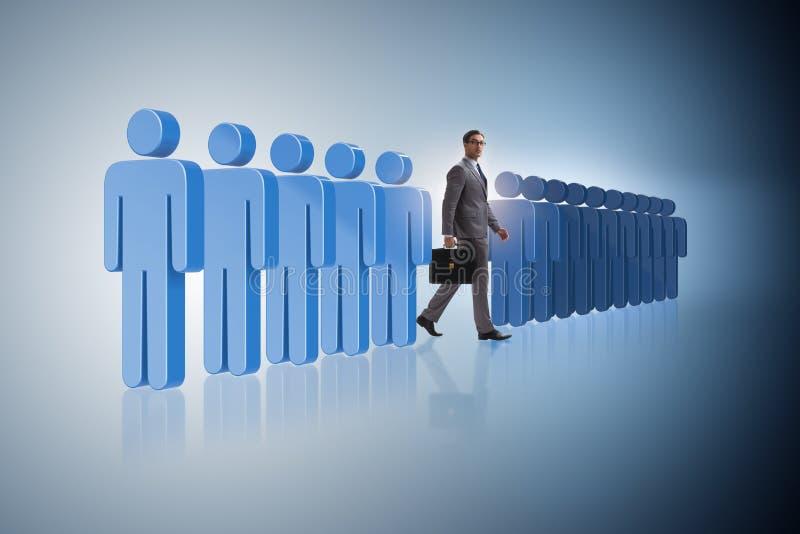 Pozycja out od tłumu pojęcia z biznesmenem obraz stock