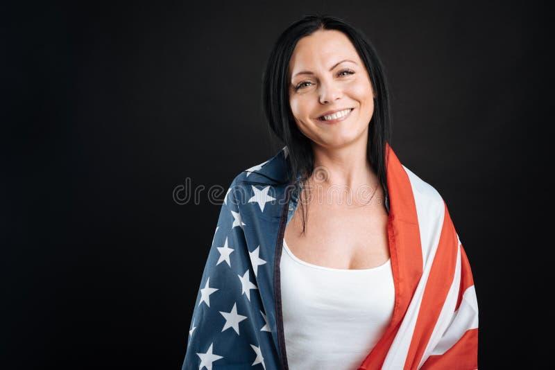 Pozytyw kobiety zadowolony nakrycie z dużą flaga zdjęcie stock